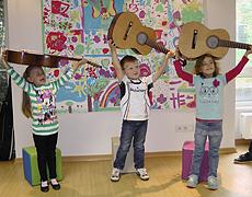 Neue Gitarren für die Kindertagesstätte der Diakonie Düsseldorf
